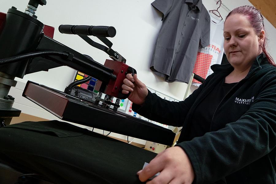 Sina Demann beim Textildruck